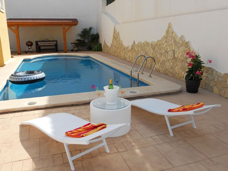 New chillout villa with private pool & Sea Views in El Campello with SKY TV, holiday rental in Campello