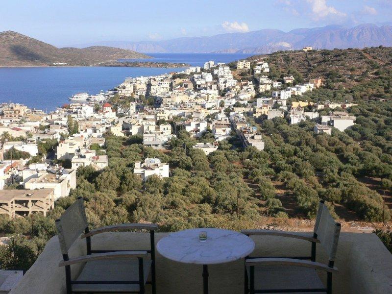 Captivating village house, spectacular views, close to beach/bars/shops/tavernas, location de vacances à Fourni