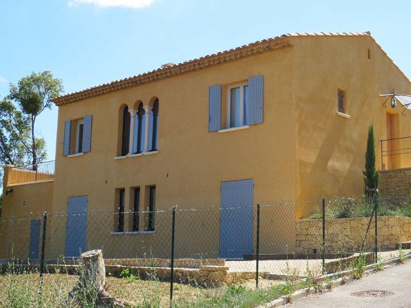 Maison provençale neuve avec superbe vue sur le dôme d'Apt et le Luberon, alquiler de vacaciones en Apt