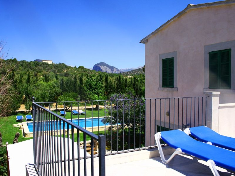 Great solarium with shower and mountain views. Direct access to the pool