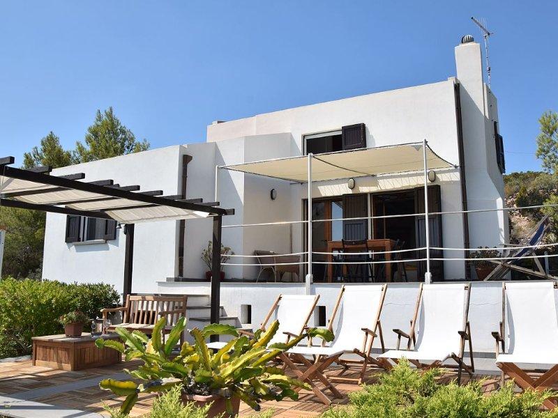 Villa con magnifica vista mare, ampi spazi esterni, vasca idromassaggio, vacation rental in Province of Carbonia-Iglesias