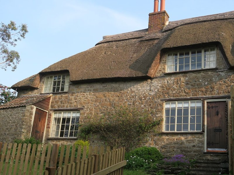 Beautiful Grade II Listed 3-Bedroomed Thatched Cottage in Dorset, Ferienwohnung in Bridport
