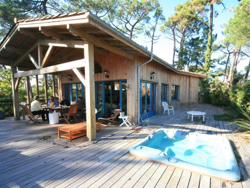 Stunning Wooden Villa with Panoramic Sea View, Jacuzzi, 50m from beach, vacation rental in Gironde