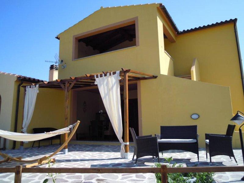 Nuovissima villetta a pochi minuti dalle piu' belle spiagge e da San Teodoro, vacation rental in Berchiddeddu
