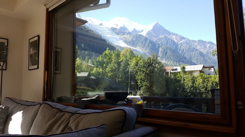 Light airy, well equipped rental, central Chamonix with views of Mont-Blanc, holiday rental in Chamonix