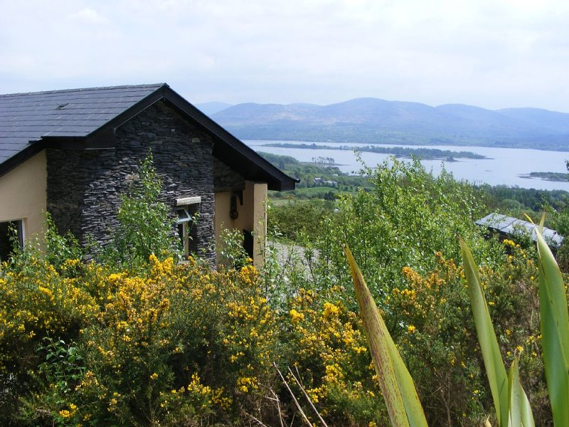 Charming Two Bedroom Cottage with Magnificent Sea View Just 10 mins from Kenmare, aluguéis de temporada em Kenmare