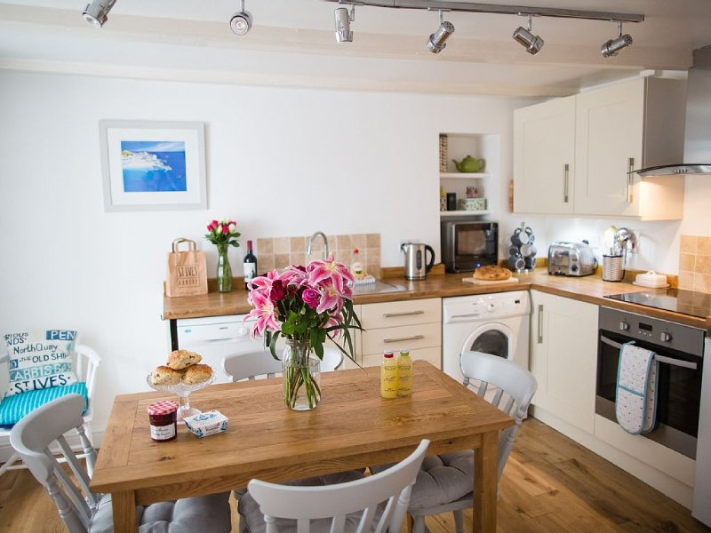 Fishermans Cottage In Downalong Area,St Ives 2 minute walk to beaches & harbour, vacation rental in St Ives