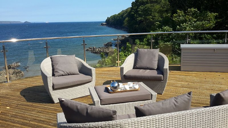 Cliff-top cottage in stunning location with panoramic sea views, holiday rental in Rame