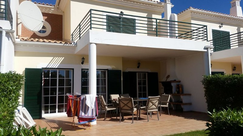 Large 3 Bed Town House With Beautiful Shared Pool And Gardens, alquiler de vacaciones en Alcantarilha