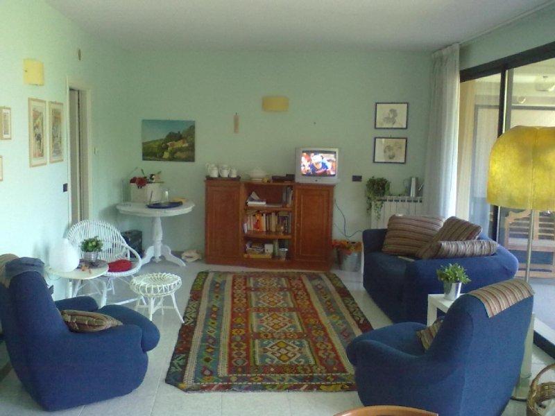 Splendido appartamento piano attico silenzioso a due passi dal mare, alquiler vacacional en Sanremo