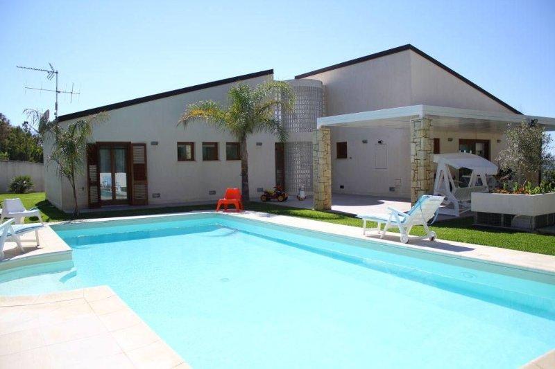 Sicilia Alcamo Marina: villa- piscina riscaldata a pochi metri dal mare/spiaggia, holiday rental in Alcamo Marina