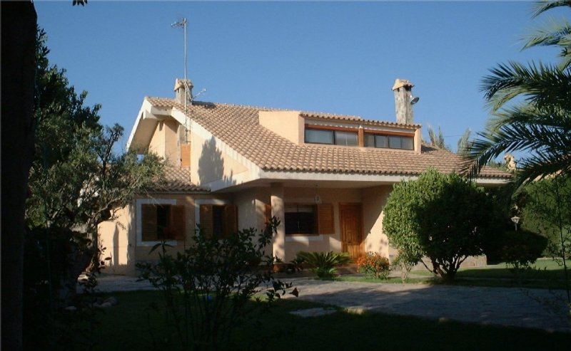 Detached Luxury Secluded Villa with Private Pool. Sleeps 10- close to sea., holiday rental in Petrel