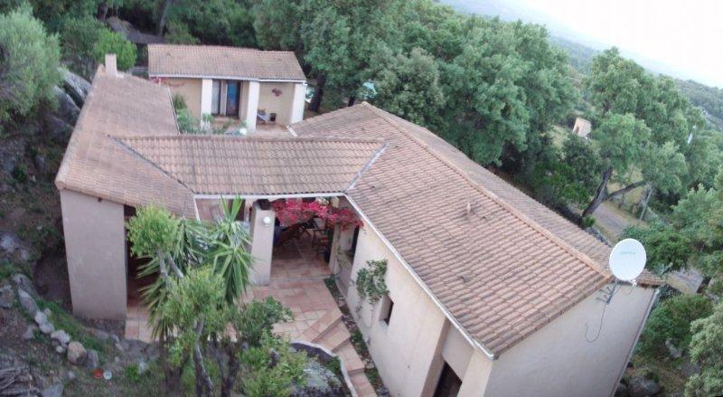 Villa atypique dans la maquis, piscine privative,  6 personnes, vacation rental in Sotta