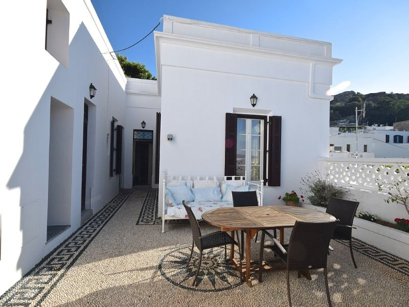 Ideal for self-catering. Central village location &  lovely courtyard, vacation rental in Lindos