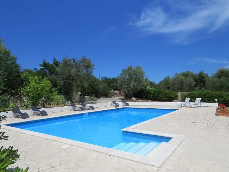 Magnificently large Villa, nr historical Ostuni, Beaches, WiFi, aluguéis de temporada em Ostuni