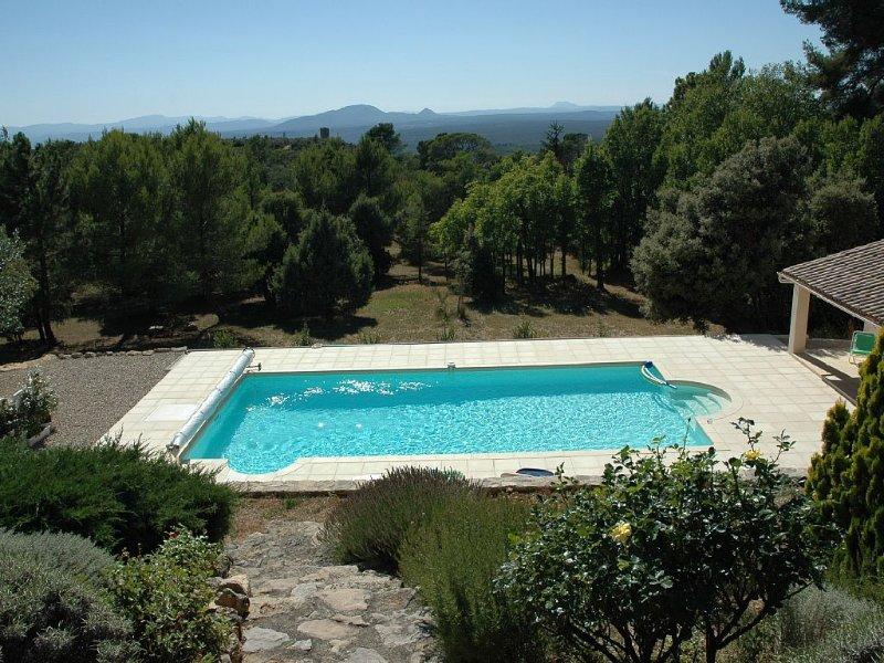 Propriété familiale avec grande piscine, parc et superbe paysage à perte de vue, holiday rental in Tourtour