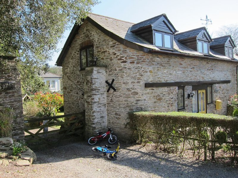 A Lovely Detached Stone Barn With Pools & Tennis Set Within 28 Acres Woodland, holiday rental in Ivybridge