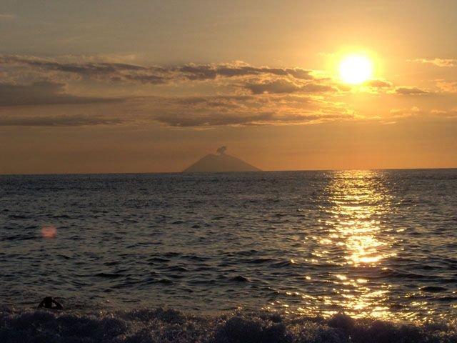 Tramonto a Tropea in lontananza si vede il vulcano stromboli
