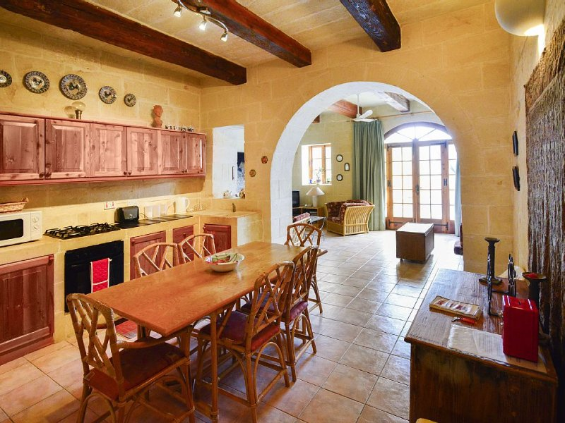 Converted farmhouse, tasteful decor, private pool and Licensed by the M.T.A., vacation rental in Xaghra