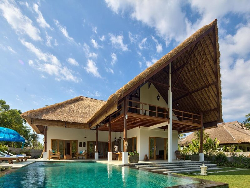 5* Luxe villa met zwembad en Wifi, fantastische staff, strand bereikbaar, holiday rental in Kalisada