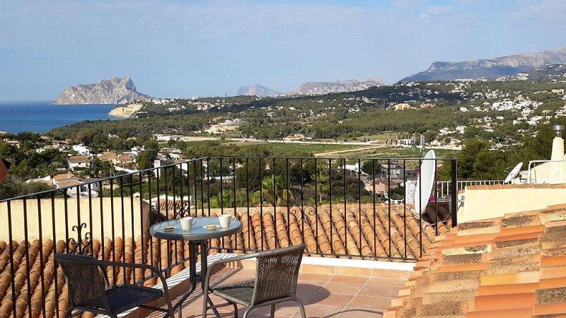 modern huis met fantastisch uitzicht over zee, dorp en omliggende bergen., aluguéis de temporada em Teulada