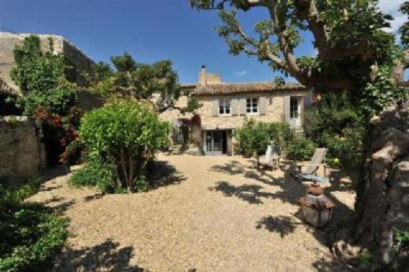 Superbe maison en pierres dans village classé, holiday rental in Cabrieres-d'Avignon