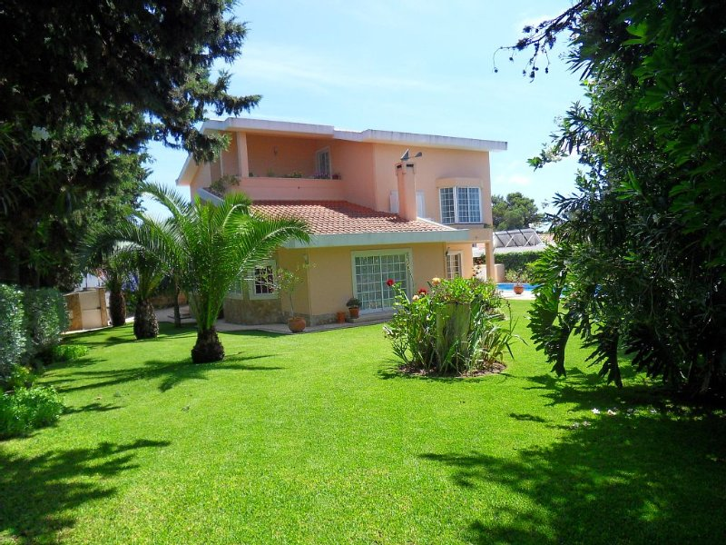 Vivenda com amplo jardim e churrasqueira, próximo da praia do Guincho (19510/AL), holiday rental in Cascais
