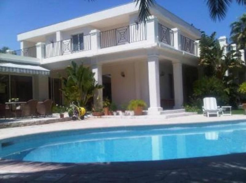 Riveria - Contemporary Villa with Pool and Garden on Cap d'Antibes, holiday rental in Cap d'Antibes