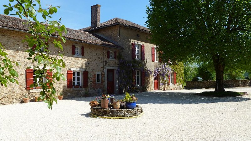 Beautiful 200 year old large farmhouse with private pool set in 75 acres, vacation rental in Saint-Auvent