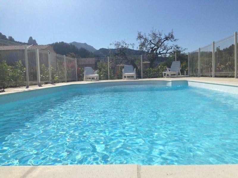 Spacieuse villa provencale avec piscine, holiday rental in Eygaliers