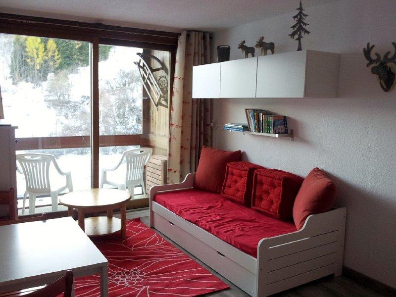 woonkamer met erker en elektrische rolluiken bank 2 eenpersoonsbedden