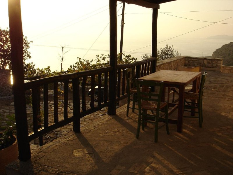 House with character, very quiet, tastefully decorated, location de vacances à Kiveri