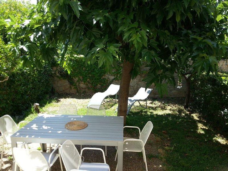 TARIF EN BAISSE T2 plein centre avec jardin privatif et parking privé, location de vacances à Sanary-sur-Mer