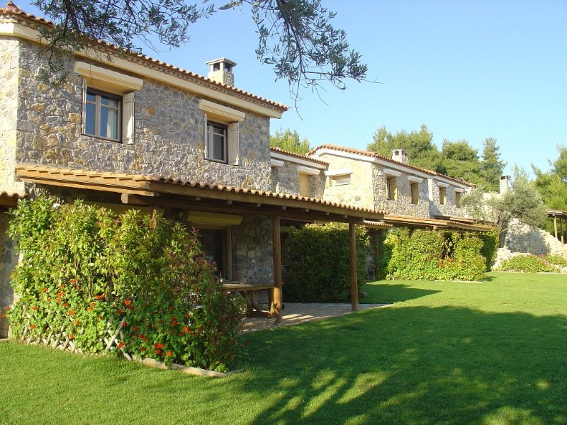 Stone-built villa within a tranquil olive grove - beach 200 meters, location de vacances à Eubée