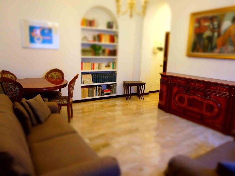 Luminoso in zona centrale appartamento da 90 mq a due passi da San Babila + WiFi, holiday rental in Milan