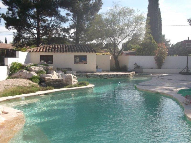 Gite avec jardin privatif arboré dans propriété avec piscine, casa vacanza a Peyrolles-en-Provence