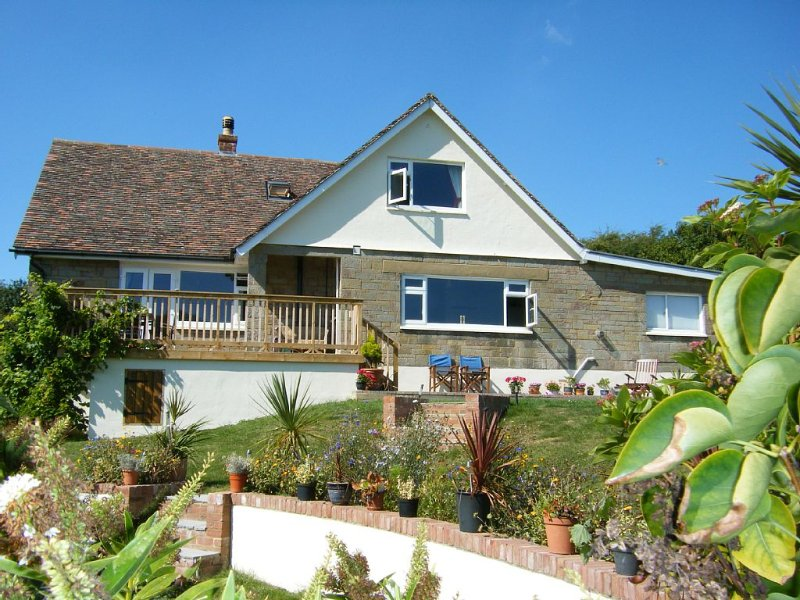 Three Gables West Wight. Village house with stunning views, location de vacances à Porchfield