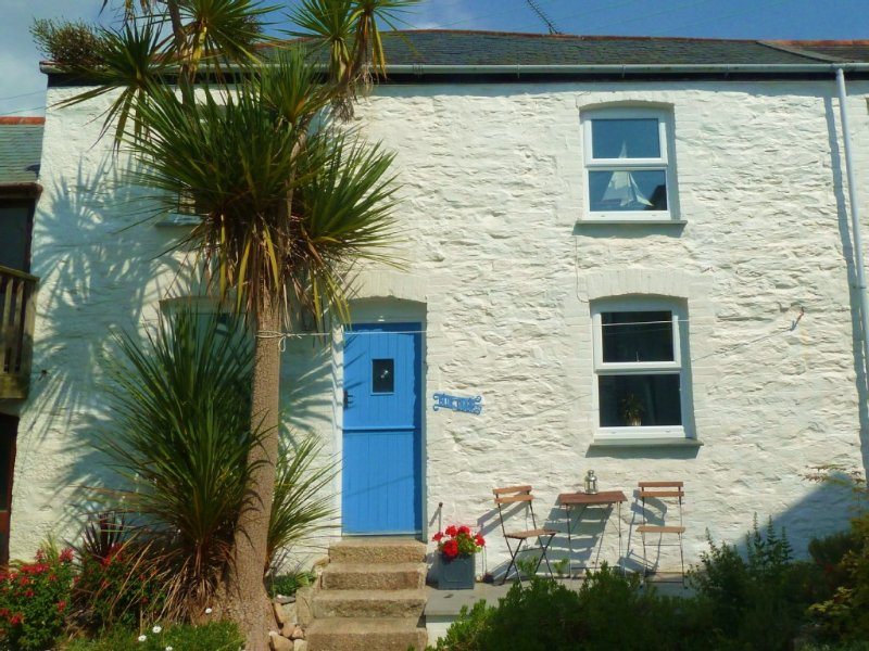 Bright & Cosy Character Cottage just 300m from the Beach, Harbour & Restaurants., location de vacances à Porthleven