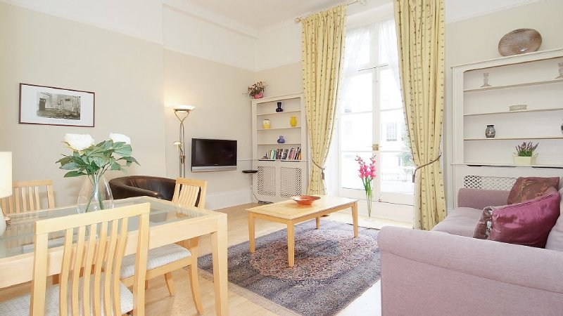 Delightful bright and airy with high ceilings and access to two small balconies, vacation rental in London