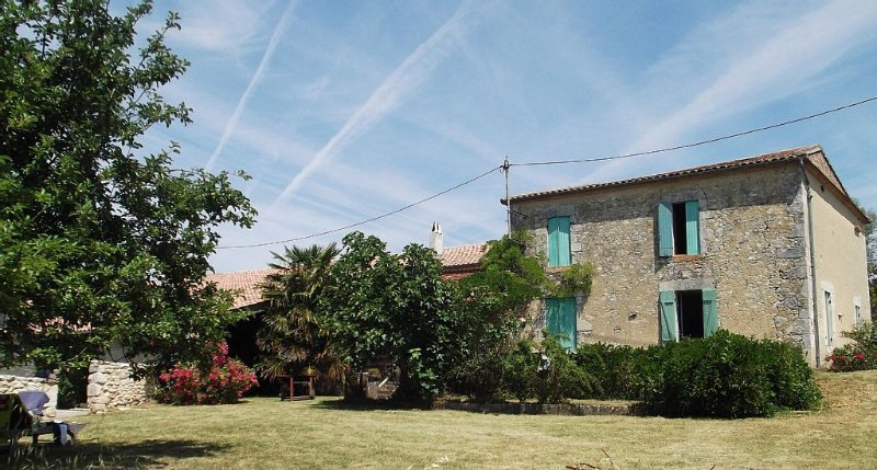 Characterful Farmhouse With Large Pool Set Amidst Sunflowers And Vineyards, holiday rental in La Sauvetat-du-Dropt