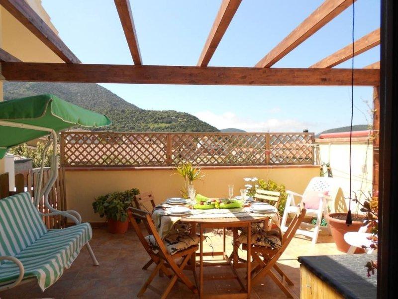 Deliziosa casetta con terrazza panoramica, holiday rental in Teulada