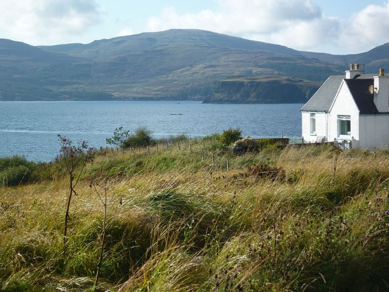Tranquil Cottage on Loch Vatten. Spectacular views. Sleeps 4. Extremely quiet., Ferienwohnung in Carbost