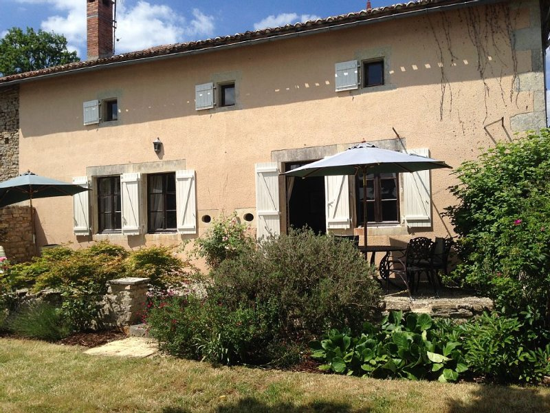 Very private, 5 bedroomed, detached farmhouse with own pool, peaceful location., holiday rental in Champagne Mouton