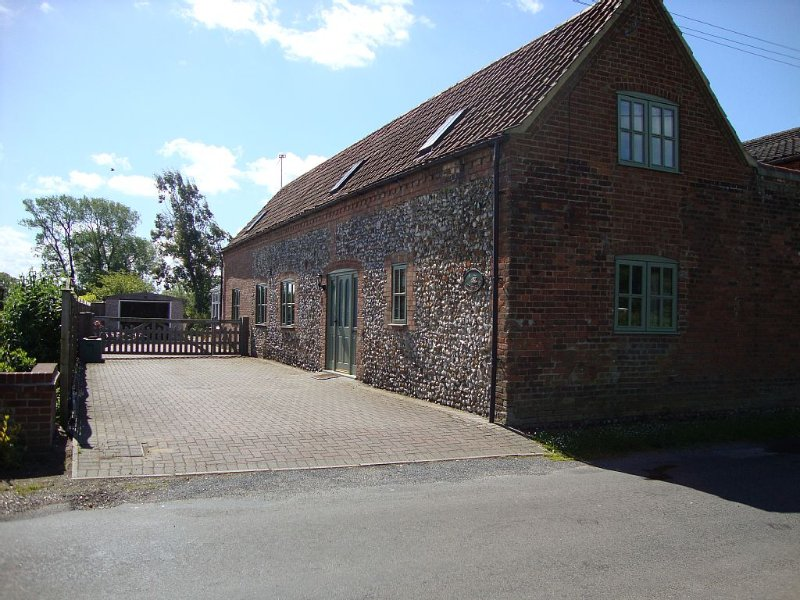 Converted Barn with Lovely Enclosed Garden,off Road Parking in Perfect Location, location de vacances à East Rudham