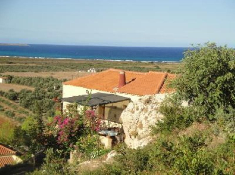 Latomio traditional house with views of sea and mountains, alquiler vacacional en Gefyra