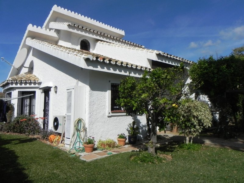 Modern and contemporary Quiet villa with breathtaking views, vacation rental in Artola