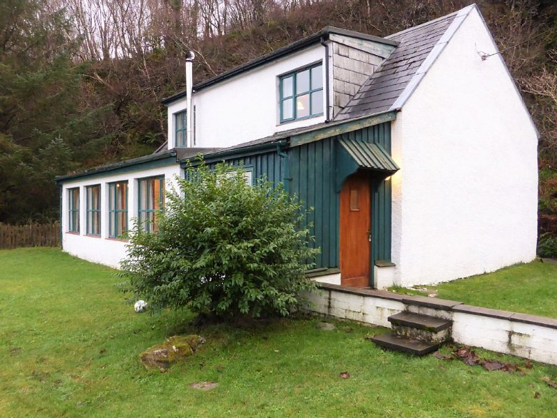 A Cottage on the shore of Isleornsay Bay with Spectacular Mountain and Sea Views, holiday rental in Broadford