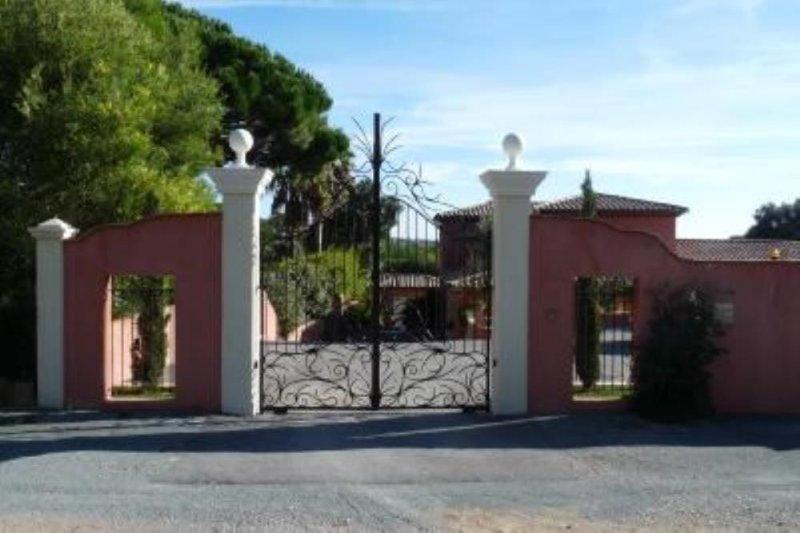 Sainte Maxime: Golfe de St Tropez, Villa spacieuse et confortable, très bien sit, holiday rental in Sainte-Maxime