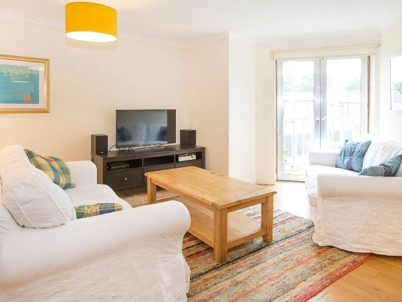 Bright, modern Oxford apartment with parking - minutes from bars and restaurants, vacation rental in Oxford