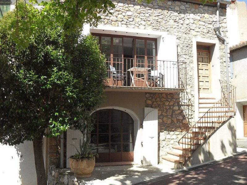 Stone Cottage with Roof Terrace near Mountains and Beaches., holiday rental in Maury